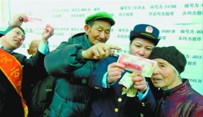 打假分队在五里社区进行反假币宣传