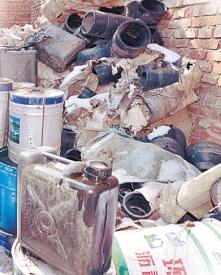 水泵房院内堆满杂物。记者 沈生 摄