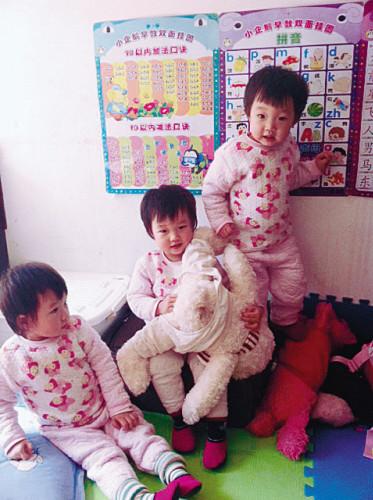 三个孩子开始通过学习板认字。记者 吕佳 摄