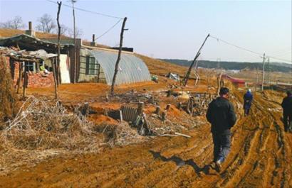事发抚顺市新抚区千金乡偏坎村,呼某居住的3间平房,距离最后发现尸体的水井有200米远。如今这几间平房已卖给同村居民。