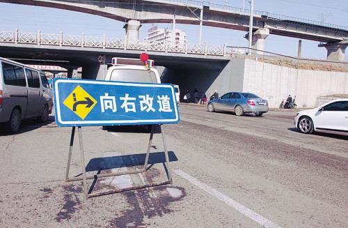 驾驶人要根据路牌指示谨慎行驶