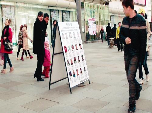 小偷照片吸引过路人围观