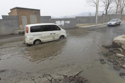 低洼处的水渐渐变深,只有货车才能通过。
