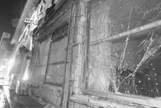 能证明现场发生过爆炸的只有银行震碎的玻璃