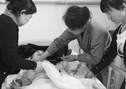 昨日下午5时许,在沈阳市奉天医院的病房内,昏迷不醒的夏大娘仍未脱离生命危险,家人们担心夏大娘的安危。记者 姜旭 摄