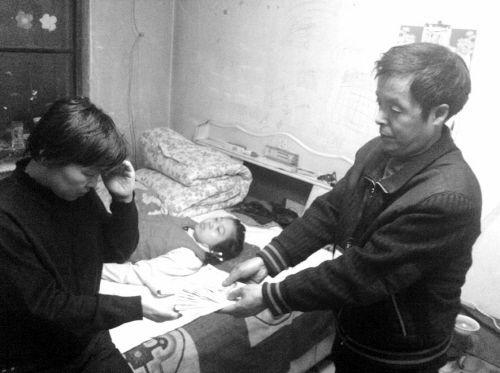 王志友将2200元钱亲手交给姚志爽。记者 徐微微 摄