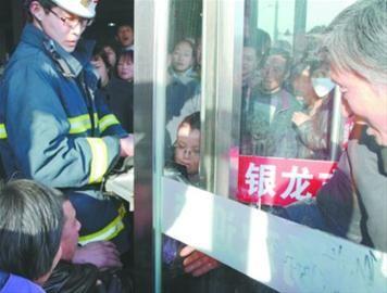 6岁女孩因好奇将头伸入商场旋转门