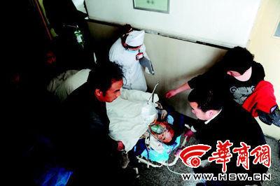 在急救室进行紧急处理后,受伤的环卫车司机被送往手术室。本报记者 赵雄韬 摄