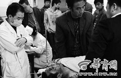急诊室里,受伤的环卫工身旁的医生和亲属神情忧郁。本报记者 赵雄韬 摄