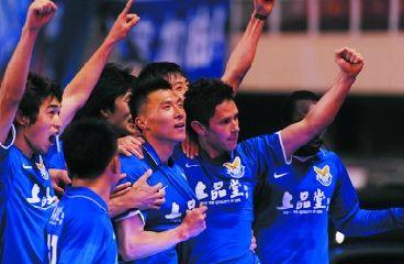 阿尔滨队员庆祝胜利,右二为进球队员卡纳莱斯。