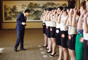 考官现场让应聘者将上衣袖挽起,以便检查手臂上是否留有伤疤。