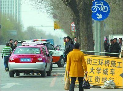 地铁口附近常有出租车停靠等活