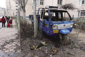 一辆三轮车被烧毁。