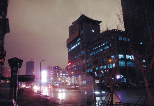 昨日14时18分,沈城白昼成黑夜,北三经街路灯及时亮起。 李双琦摄