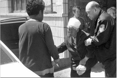 82岁老太(中)上山挖野菜,结果迷路,困山上两天。走到陌生村子,被好心人发现。民警帮其找到家。 警方供图