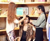 美女化妆师正为model打造妆容。