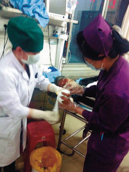 医生在给老奶奶包扎伤口。