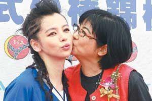 徐若�u(左)与妈妈