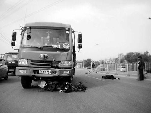大东区朱尔屯村村口附近,一名骑电动自行车的女子被一辆大货车撞倒,估计凶多吉少!
