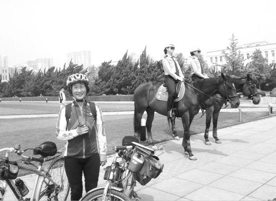 与女骑警合影