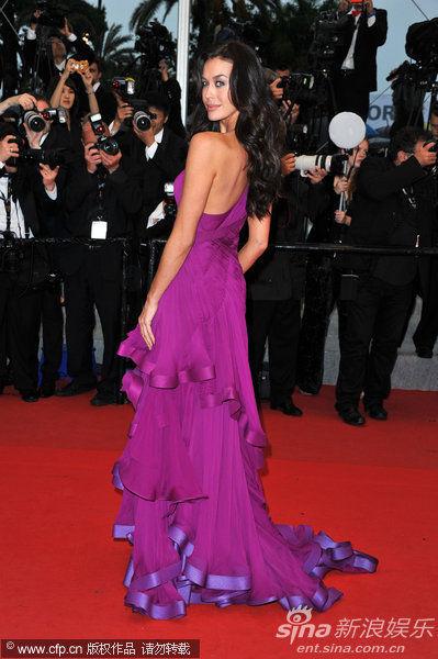 超模梅根盖尔紫裙露美背