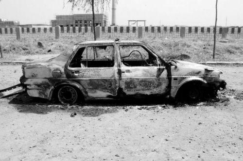被烧毁的出租车。