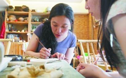 陶艺老师正在利用学习陶艺的手法来讲述生活中的道理。 记者 于岛 摄