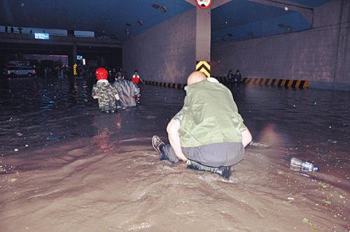 消防队员背老人趟出积水