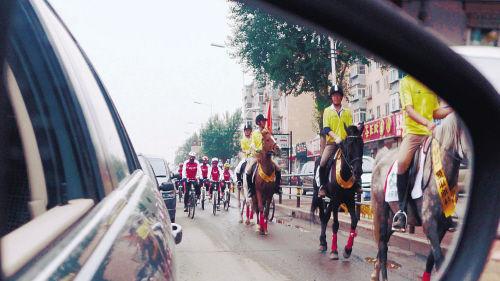 长青街上跑来四匹马惹得宝马车让路