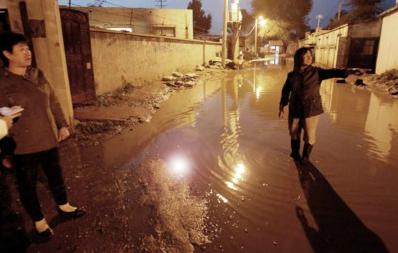 昨晚8时30分,生活在沈城大东区东山嘴子街的几个住户被臭水围困着,连出行买菜都成了难事。王迪 摄