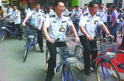 """而在搜索引擎中,""""公务自行车""""的相关网页高达237万个,山东、湖北、浙江、重庆等多个省和直辖市,也都能见到公务自行车的身影。首席记者 杨军"""