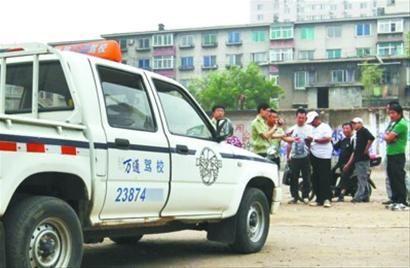 昨日,沈阳市和平区一处废弃工地内不合格练车点被取缔。 记者 于岛 摄
