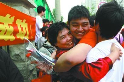 昨日中午,在辽宁省实验中学考点,刚刚考完语文科目的考生走出考场,和老师相拥在一起。 记者 姜旭 摄