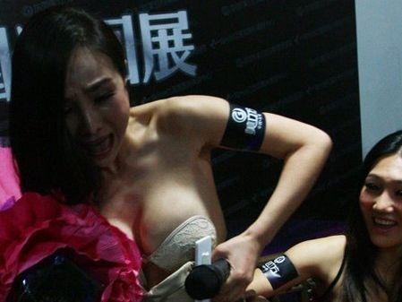 干露露衣着暴露被女性殴打