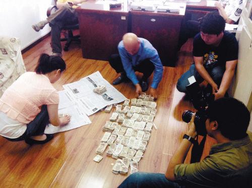 6800多张一毛纸币,老杨两口子数了两个多小时 梅天磬 摄