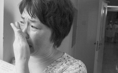 周晓霞经常跑到父亲的病房外一个人偷偷哭。图/记者 张瑜 实习生 王萌萌
