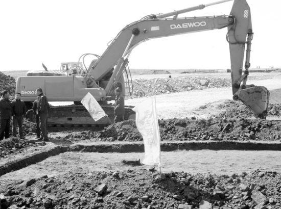 考古人员正在现场勘测。