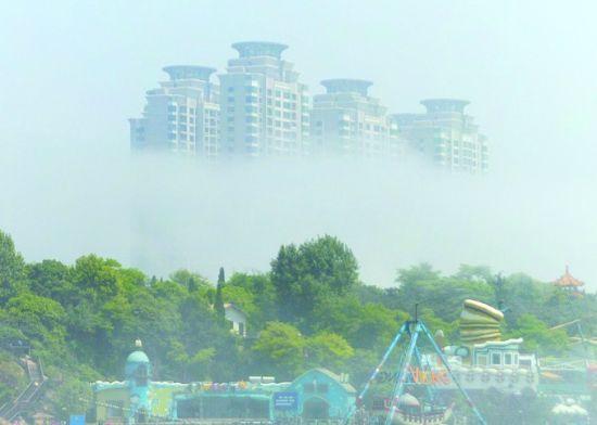 老虎滩高楼浮现雾中。