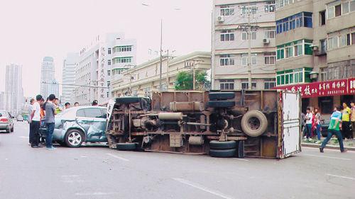 沈阳大学南门前,三车相撞,厢货侧翻