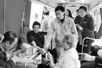 """鞍山市工商局""""郭明义爱心团队""""在郭明义的带领下义务献血。"""