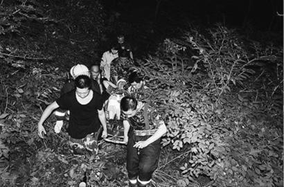 消防官兵将受伤男子抬下山。 图片由消防部门提供