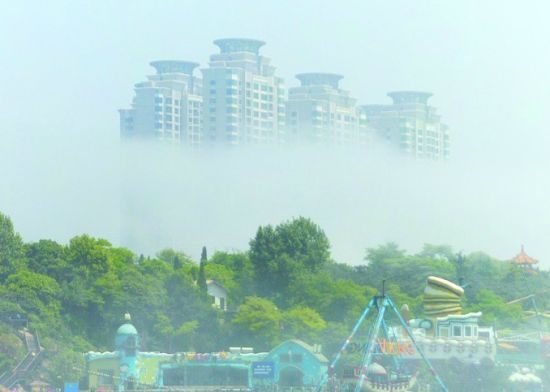老虎滩高楼浮现雾中
