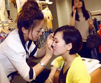 美女化妆师给模特补妆哦