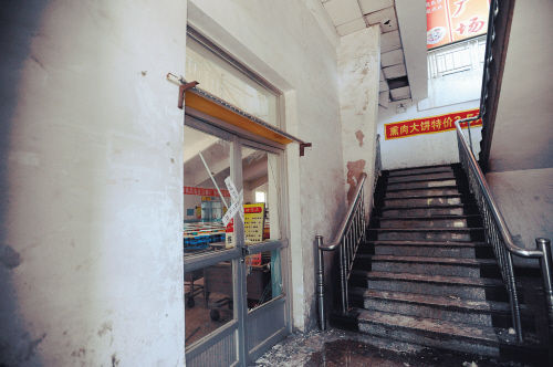 爆炸现场玻璃碎片满地。记者 常晟罡 摄