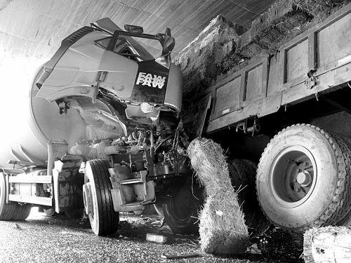 装载20吨液化石油气的槽罐车发生车祸,幸好没有发生泄漏 摄影 沈生