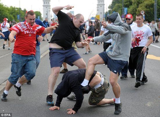 波兰俄罗斯球迷赛前冲突