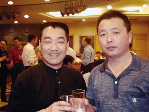 张晓光(左一)