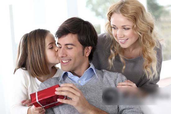 父亲节,女儿会送小礼物给父亲