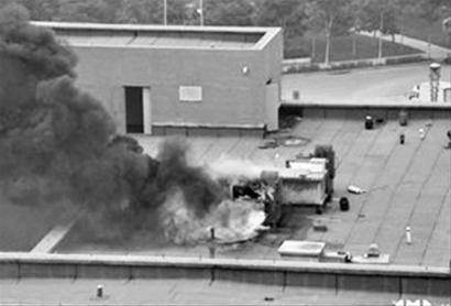 昨日下午1时30分许,网友爆料称沈阳航空航天大学食堂顶楼起火。 网友供图