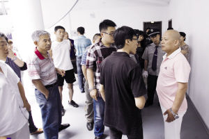 业主们与老物业一工作人员(右一)发生争吵 ■记者 王舜天 摄